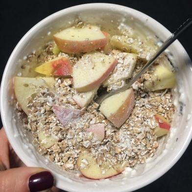 Nyersen: maradék mandula, hajdinapehely és mandulatej, almával és Absorice-szal.