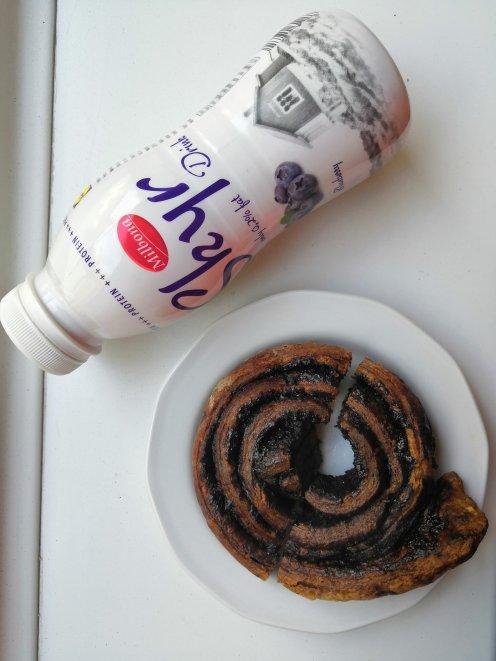 Kedvenc proteines ivójoghurtom ch csökkentett lenmaglisztes kakaós csigával :P
